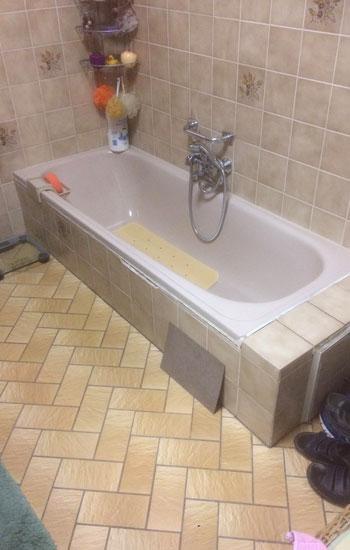 De plaats waar de nieuwe douche komt ter vervanging van het bad wordt eerst correct opgemeten